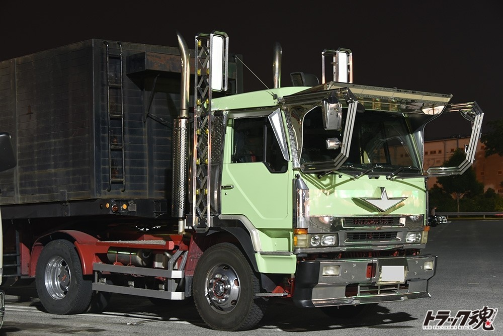 【仕事者礼讃】爽やかな薄緑色が印象的なふそうザグレートの深箱引っ張るセミトレーラー 2