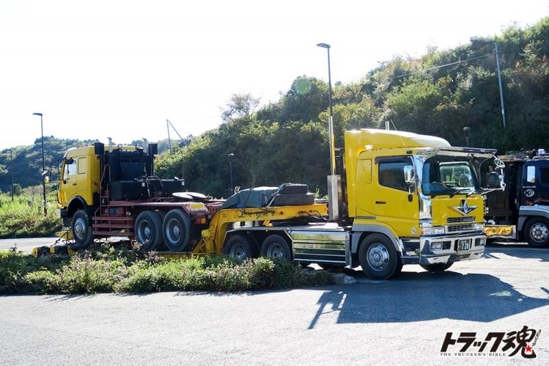 【仕事車礼讃】ベンツのトレーラーヘッドを積んだ黄色のスーパーグレードトレーラー 1