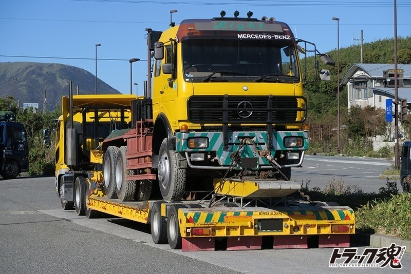 【仕事車礼讃】ベンツのトレーラーヘッドを積んだ黄色のスーパーグレードトレーラー 2