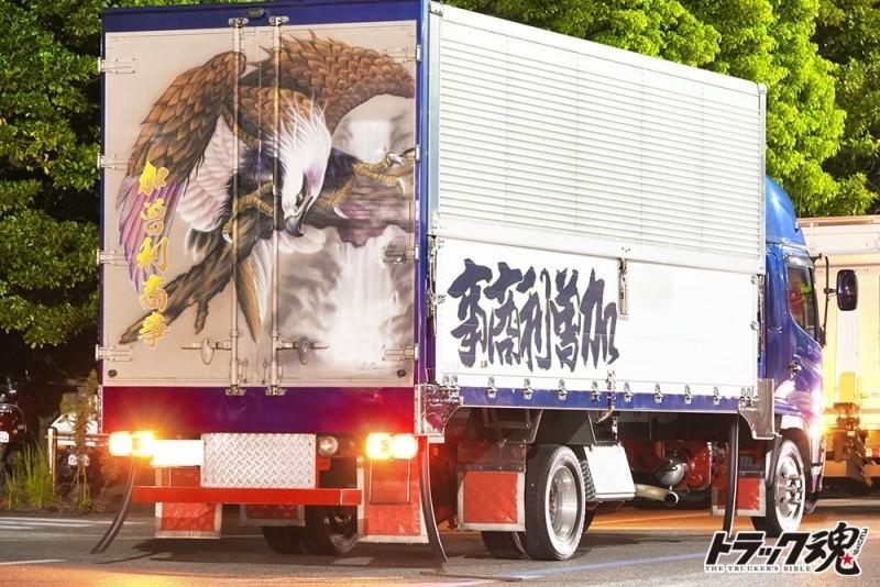 【仕事車礼讃】後ろの扉の鷹の絵と岩井看板店の文字がかっこいい加曽利商事ハイルーフの日野レンジャー 2