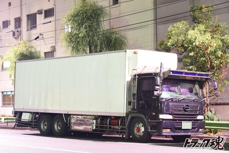 【仕事車礼讃】語ることを拒否するかのような渋いヘッドが黒で荷台が白のプロファイア 4