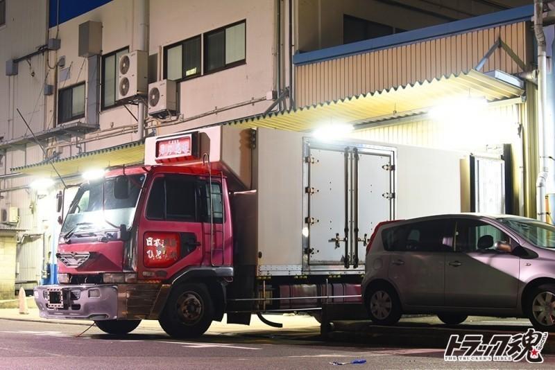 【仕事車礼讃】水産家業は男之花道!シンプルな車体に分厚い舟形バンパーが特徴的なピンクの日産ディーゼルのコンドル 3