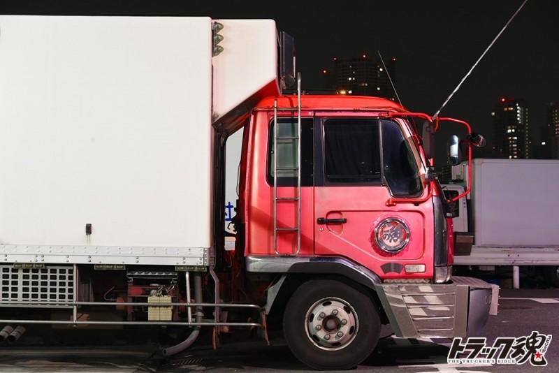 【仕事車礼讃】水産家業は男之花道!シンプルな車体に分厚い舟形バンパーが特徴的なピンクの日産ディーゼルのコンドル 4