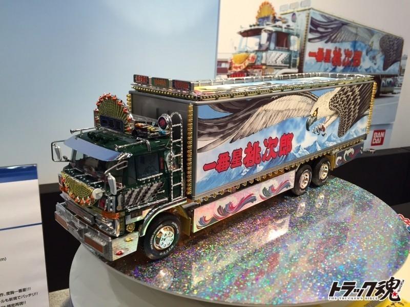 Photo of 静岡ホビーショー開幕!デコトラプラモデル、ヤンキーホーンの榊屋さんにコンパニオン!急げ!