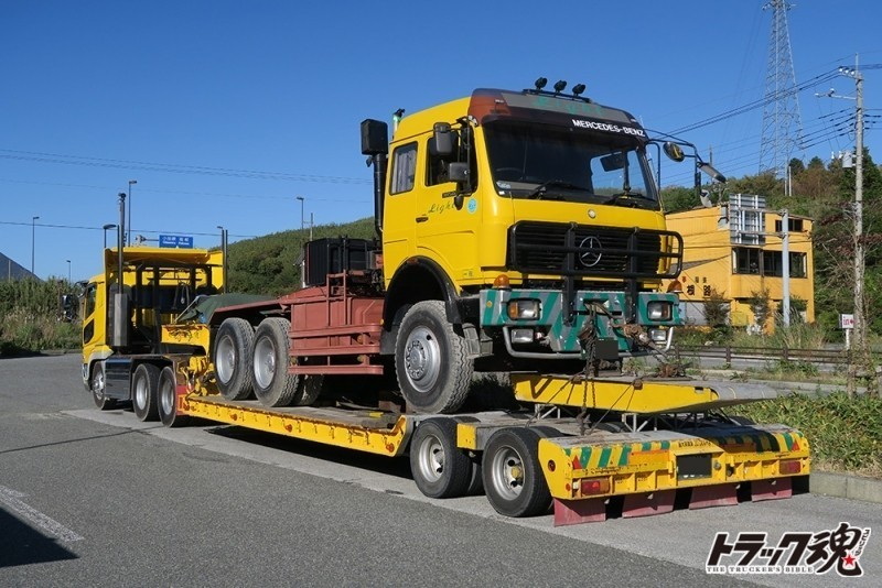 Photo of 【仕事車礼讃】ベンツのトレーラーヘッドを積んだ黄色のスーパーグレードトレーラー
