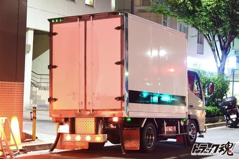 【仕事車礼讃】小さいけれどすごい元気そうな白い三菱キャンター 2