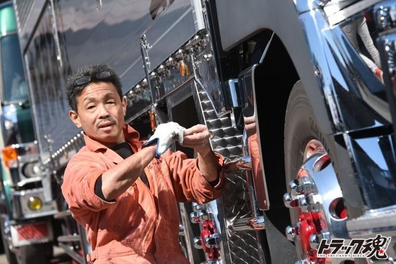 Photo of デコトラ工場の石倉板金でユーチューバースティーブさんが撮影