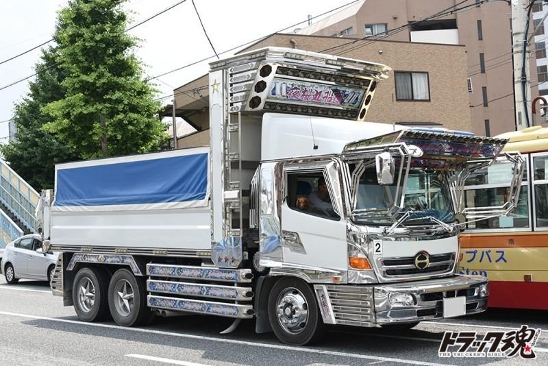 Photo of 【仕事車礼賛】夜桜丸船団 海峡 日野レンジャーの白いダンプ信号待ちの瞬間に