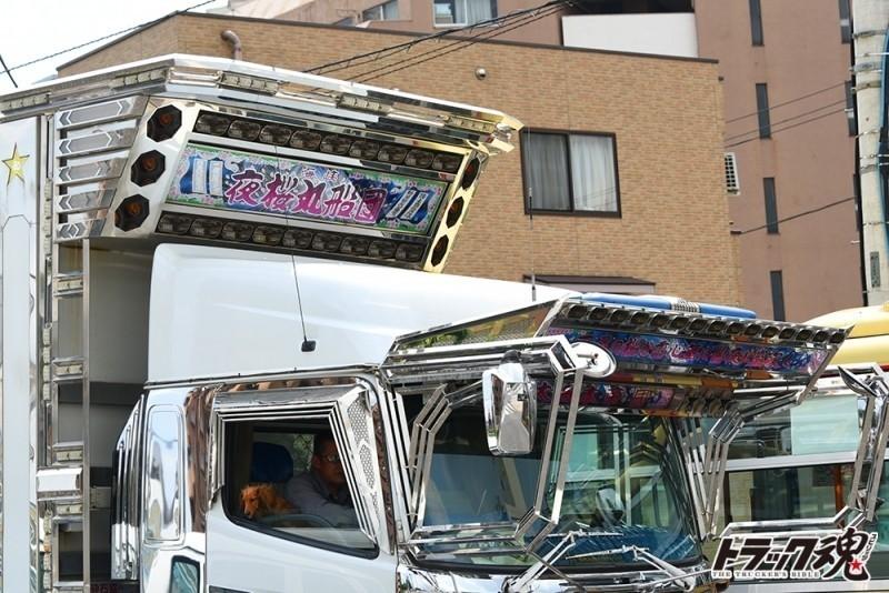 【仕事車礼賛】夜桜丸船団 海峡 日野プロフィアの白いダンプ信号待ちの瞬間に 3